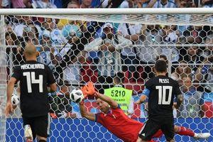 Lý do nào khiến thủ môn Iceland cản phá thành công quả phạt đền của Messi?