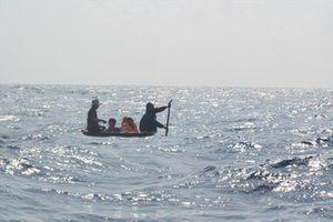 Hai tàu cá bị sóng biển đánh chìm, một ngư dân mất tích