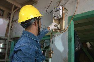 Giả mạo thợ điện, thợ ống nước để lừa