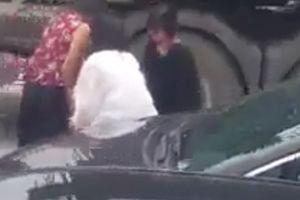 3 cô gái thản nhiên dỡ dải phân cách cho ô tô thoát tắc