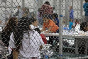 Nước Mỹ sục sôi vì 'trẻ em trong lồng sắt'