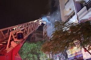 Hàng trăm Cảnh sát PCCC dập lửa ở Chợ Lớn