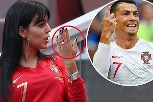 Đeo nhẫn nghi đính hôn, bạn gái Ronaldo nổi bật trên khán đài