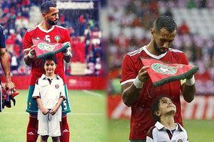 Xúc động bức ảnh cầu thủ Ma rốc che mưa cho bé gái trên sân cỏ