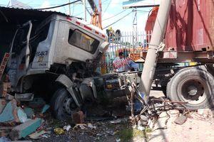 Xe container bất ngờ nổ lốp khi đang lưu thông trên đường tông sập phòng bảo vệ một công ty