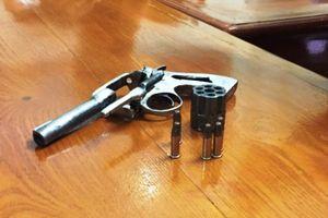 CSGT bắt 2 đối tượng đi xe mang súng đạn
