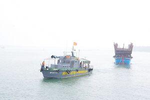 Một tàu câu mực gặp nạn trên vùng biển Trường Sa