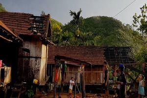 Quảng Ngãi: Hàng chục nhà dân, cơ quan tốc mái do lốc xoáy