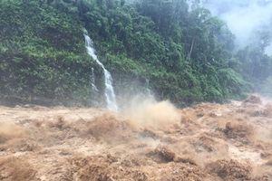 Kinh hãi cảnh dòng nước lũ cuồn cuộn càn quét Lai Châu