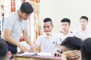 Nghệ An: Bị tai nạn, thí sinh vẫn quyết tâm mang 'nẹp cổ' dự thi
