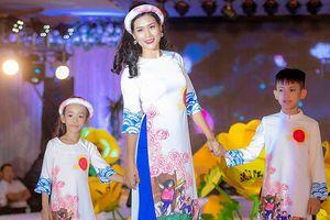 Nguyệt 'thảo mai' cùng hai con diễn thời trang cho Hoa hậu Ngọc Hân