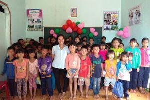 Cô sơn nữ truyền con chữ cho trẻ em nghèo