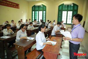 Gần 30 thí sinh vi phạm trong buổi thi sáng, Đà Nẵng- Huế hàng trăm thí sinh vắng mặt