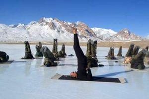 Cảnh sát biên giới tập luyện yoga
