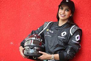 Mỹ nữ Saudi Arabia chinh phục đường đua F1 mừng chị em được tự lái xe