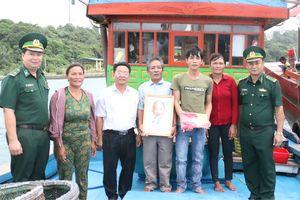 Đồn Biên phòng Thanh Lân tặng cờ Tổ quốc và ảnh Bác Hồ cho ngư dân