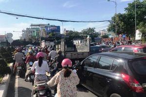 Xe container vượt đèn đỏ chắn đường, Nha Trang ách tắc nghiêm trọng