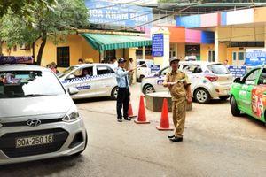 Hà Nội: Nhức nhối taxi gây ùn tắc trước cổng bệnh viện
