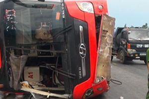 Lật xe giường nằm, 2 hành khách văng ra ngoài, bị đè chết