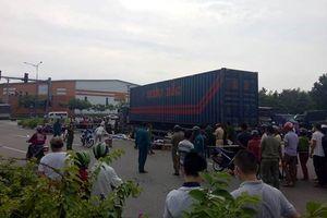 Cả gia đình thương vong dưới bánh xe container