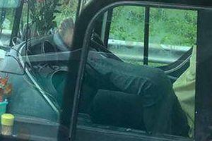 Tài xế ôtô giường nằm lái xe bằng chân trên cao tốc Trung Lương