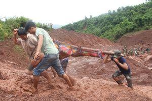 Sạt lở đất ở Lai Châu: Chồng kiệt sức dùng tay đào bới đất đá tìm vợ con trong nước mắt