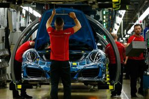 Châu Âu sẽ chống trả thuế ô tô của Mỹ bằng cách nào?