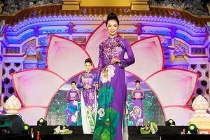 Ấn tượng bộ sưu tập áo dài sen ở cố đô Huế