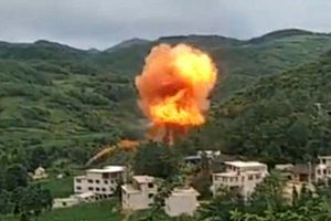 Mảnh vỡ 'khủng' từ tên lửa Trung Quốc rơi trúng khu dân cư nổ đỏ trời