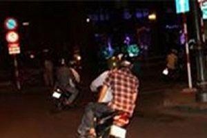 Nhóm đối tượng dùng bình xịt hơi cay tấn công nạn nhân để cướp xe