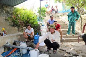 Nắng nóng, mỏ nước Cống Kẹp hút khách