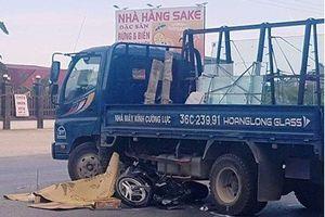 Thanh Hóa: Xe tải va chạm với xe máy, 2 người thương vong