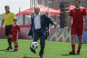 Tổng thống Putin cởi áo vest, sút tung lưới ghi bàn siêu đỉnh