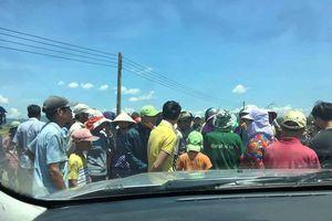 Dân tụ tập, giữ xe công vụ để phản đối dự án điện mặt trời