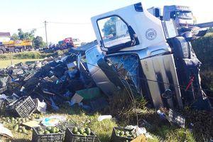 Lật xe container chở hơn 20 tấn hoa quả, dân gom giúp tài xế