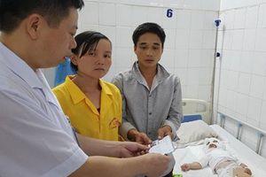 Con bị bỏng nặng, mẹ nằng nặc xin không chuyển lên bệnh viện Trung ương