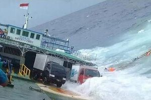 Giây phút phà chở 140 người đổ lật trên biển, bị sóng nhấn chìm