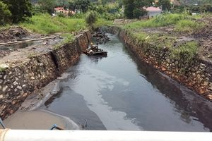 Cận cảnh những kênh mương đen, thối đổ ra vịnh Hạ Long
