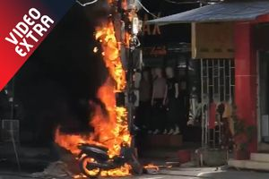 Cột điện cháy nổ như pháo hoa, 'nướng' đen chiếc xe máy
