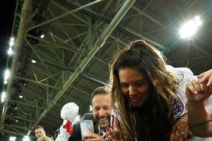 'Soái ca' của đội tuyển Anh gây sốt với hành động chạy đến bên vợ mừng chiến thắng