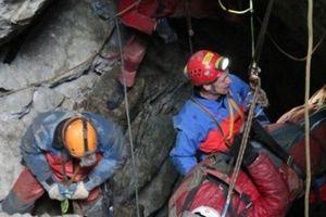 728 người giải cứu một người đàn ông bị kẹt 11 ngày dưới hang sâu