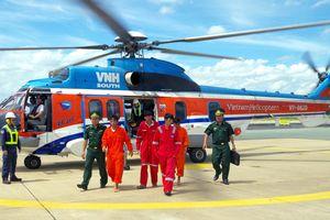 Dùng trực thăng đưa 4 thuyền viên bị nạn trên biển vào đất liền