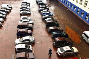 Clip: Bí ẩn 'mưa máu' kinh dị nhuốm đỏ bãi đỗ xe ở Nga