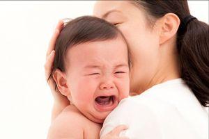 Cứ tưởng làm việc này sẽ khiến bé hư nhưng đây lại là cách dỗ trẻ nín khóc nhanh nhất