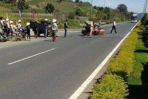 Xe tải tông xe máy cày, 1 người chết, 21 người bị thương