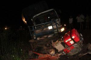 Xe tải tông máy cày, 2 người chết, 21 người bị thương