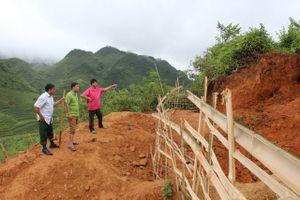 Giải cứu 2 người mắc kẹt dưới hầm khai thác vàng sâu 10 m
