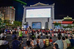Du khách nước ngoài đổ xuống đường xem World Cup ở Hạ Long