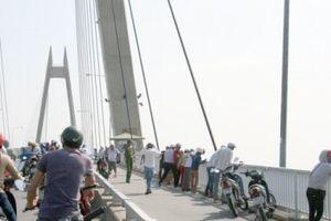 Cảnh sát Đường thủy Hải Phòng kịp thời cứu thanh niên nhảy cầu Bính