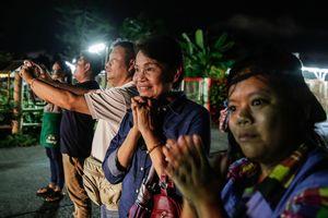 Các thành viên đội bóng Thái Lan mắc kẹt ra khỏi hang như thế nào